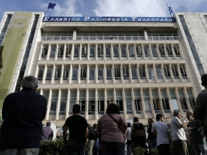 people_stand_in_front_of_greek_state_television_ert_headquarters_N2